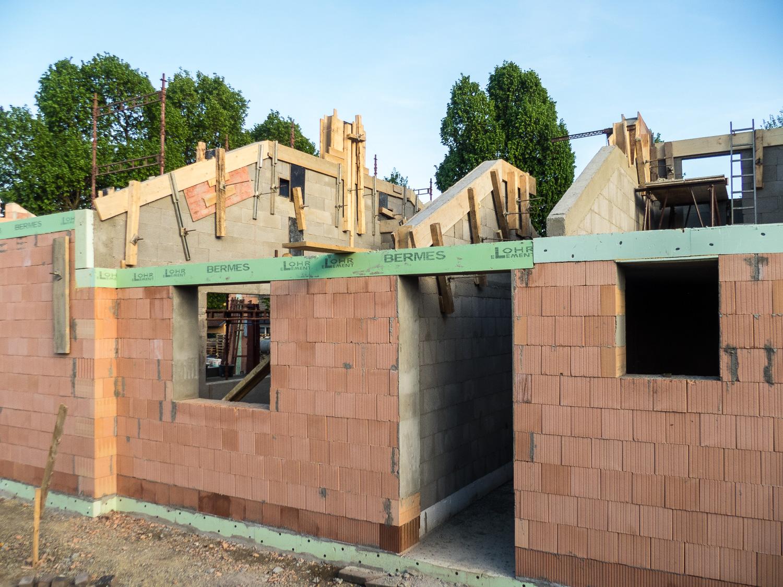 Mauerarbeiten abgeschlossen – Dacharbeiten stehen an